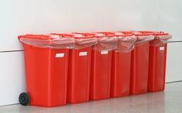 Poubelles en plastique rouges photographie stock