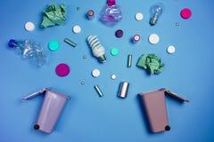 Poubelles et déchets assortis sur le vert photo stock