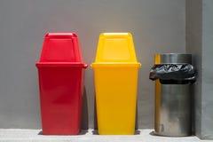 Poubelles et poubelle colorées de fumée Image stock