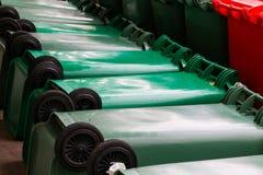 Poubelles vertes, bleues, rouges, bacs de recyclage Photographie stock