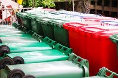 Poubelles vertes, bleues, rouges, bacs de recyclage Photographie stock libre de droits