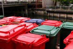 Poubelles vertes, bleues, rouges, bacs de recyclage Images stock