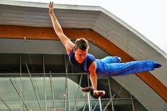 Pouca acrobata de circo na vila de Disney Imagem de Stock