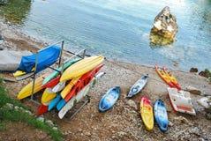 Pouca baía quieta com os barcos pequenos de todas as cores Fotos de Stock Royalty Free