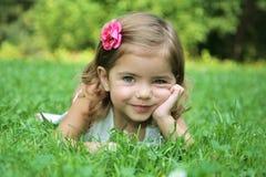 Pouca beleza com os olhos verdes na grama fotos de stock