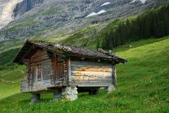 Pouca cabana na montanha imagem de stock