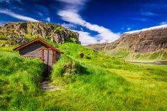Pouca cabana nas montanhas, Islândia Foto de Stock