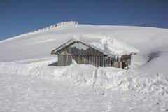 Pouca cabana nevado da montanha Foto de Stock Royalty Free