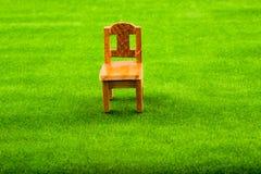 Pouca cadeira de madeira modelo imagem de stock