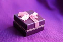 Pouca caixa de presente no roxo Fotos de Stock Royalty Free