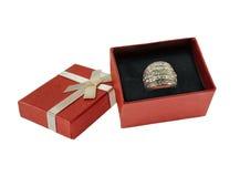 Pouca caixa de presente vermelha com anel de prata Fotografia de Stock Royalty Free