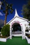 Pouca capela branca do casamento Imagem de Stock Royalty Free