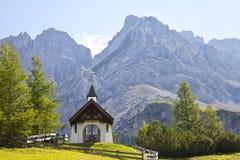 Pouca capela de St Barbara perto de Biberwier em Tirol fotografia de stock royalty free