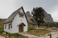 Pouca capela na estrada da passagem de Sella Imagem de Stock