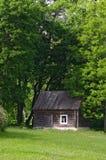 Pouca casa com árvores imagens de stock