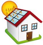 Pouca casa com painéis solares. Fotos de Stock Royalty Free