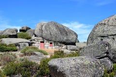 Pouca casa da rocha no parque natural português foto de stock royalty free