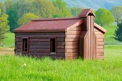 Pouca casa de madeira no campo italiano Fotos de Stock