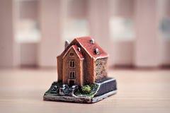 Pouca casa do brinquedo em um fundo de madeira Fotografia de Stock Royalty Free