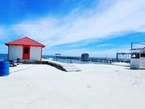 Pouca casa na praia imagens de stock royalty free
