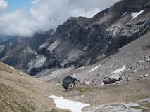 Pouca casa no vale dos cumes suíços Fotos de Stock Royalty Free