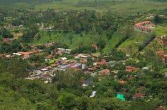 Pouca cidade entre montanhas Fotografia de Stock