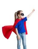 Pouca criança do super-herói do poder na capa de chuva vermelha Fotografia de Stock Royalty Free