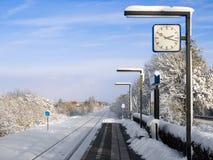 Pouca estação de comboio holandesa no país foto de stock