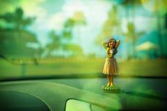 Pouca figura do dançarino do hula em um carro Fotografia de Stock