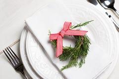 Pouca grinalda no ajuste da tabela do Natal fotografia de stock
