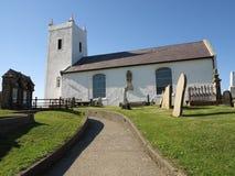Pouca igreja branca com trajeto Imagens de Stock Royalty Free