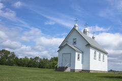 Pouca igreja branca na pradaria Imagens de Stock Royalty Free