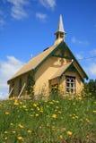 Pouca igreja entre flores Fotografia de Stock Royalty Free
