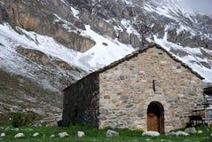 Pouca igreja na montanha Fotos de Stock