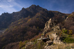 Pouca igreja nas rochas Foto de Stock
