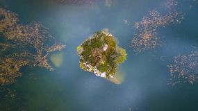 Pouca ilha no lago Croda a Dinamarca Lago ` Ampezzo da cortina D, Dolo Imagens de Stock Royalty Free