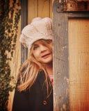 Pouca menina da natureza com o chapéu branco na porta Imagens de Stock Royalty Free