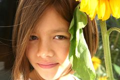 Pouca menina do girassol Fotografia de Stock Royalty Free