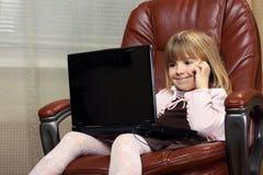 Pouca menina do negócio com um caderno Fotografia de Stock Royalty Free