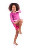 Pouca menina tailandesa muay do encaixotamento que usa seu joelho imagens de stock