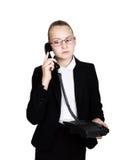 Pouca mulher de negócio que fala em um telefone, gritando no telefone Retrato do estúdio da menina da criança no estilo do negóci Fotos de Stock Royalty Free