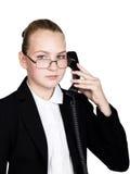 Pouca mulher de negócio que fala em um telefone, gritando no telefone Retrato do estúdio da menina da criança no estilo do negóci Fotografia de Stock