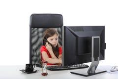 Pouca mulher de negócio que senta-se em um computador fotos de stock royalty free