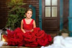 Pouca princesa do inverno dá boas-vindas ao ano novo e ao Natal Fotografia de Stock Royalty Free