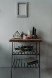 Pouca tabela com velas, plantas carnudas e grinaldas Fotografia de Stock