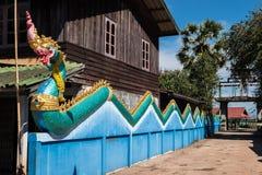 Pouca vila na maneira de Wat Phou às ilhas de Nakasong em Laos foto de stock
