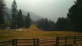 Pouca vila no vale da montanha no dia de mola ensolarado Paisagem magnífica video estoque