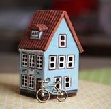 Poucas casa e bicicleta Foto de Stock Royalty Free