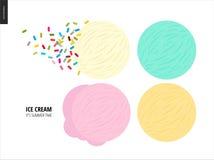 Poucas colheres do gelado em um fundo branco Fotos de Stock Royalty Free