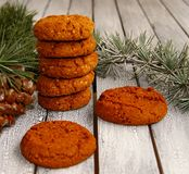 Poucas cookies festivas para o Natal rústico imagem de stock